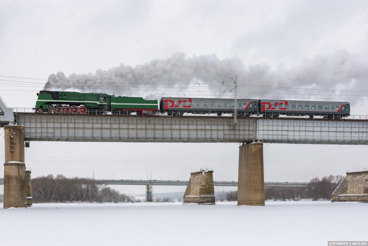 Паровоз П36 на мосту через Оку.