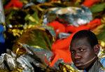 Один из мигрантов, спасенных рыболовецким траулером в водах Средиземного моря у побережья Ливии, 3 января 2017 года. Фото: Yannis Behrakis / Reuters