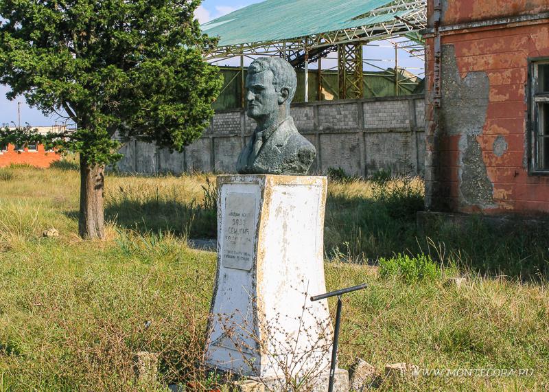 Перед зданием управы установлен бюст Байо Секуличу, в честь которого названо предприятие