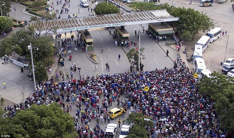 Массовый исход из Венесуэлы: тысячи людей бегут от голода и преступности в соседнюю Колумбию (7 фото)