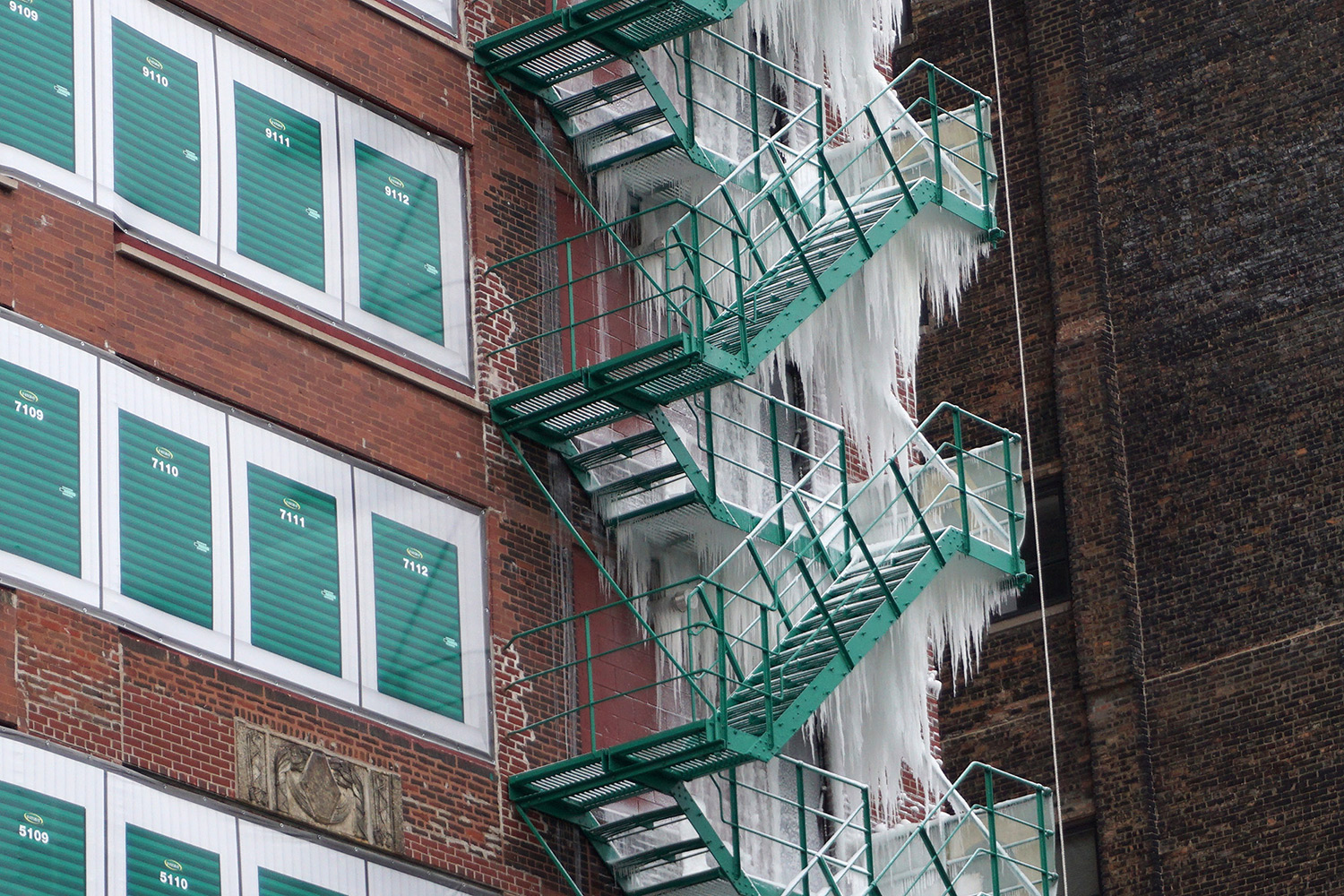 A Top Floor Sprinkler Leak Creates a 21-Story Tower of Icicles on a Chicago Fire Escape