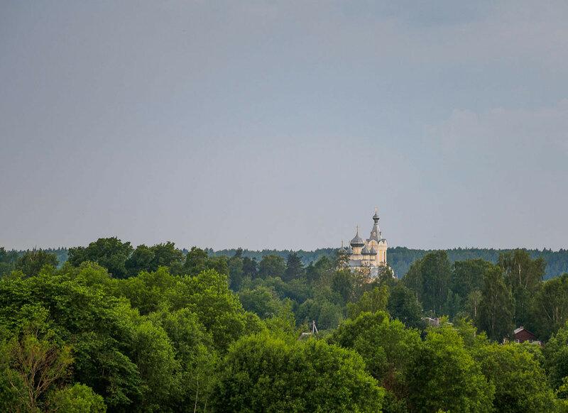 Виднеется Успенская церковь в Сологубовке.