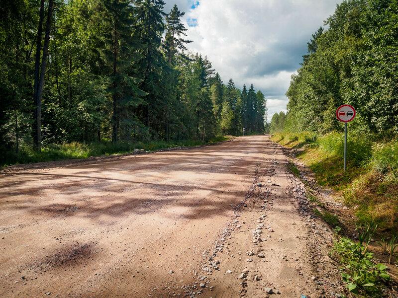 Гравийка на границе Ленинградской области и Карелии — единственный отрезок А121 без асфальта.