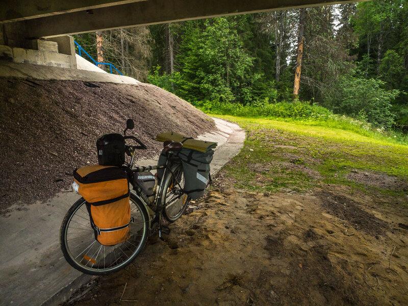 В Карелии я часто укрывался на обед под мостами. Дождь здесь не достанет.
