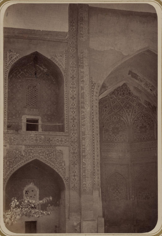 Внутренний двор медресе Шир-Дор (южная сторона). Надпись по левую сторону главной ниши