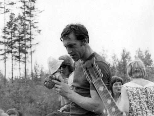 Владимир Высоцкий с подарком от Галины Астафьевой на «Лесном концерте» под Сосново на озере Лампушка Ленинградской области. Фото 1 июля 1972 года