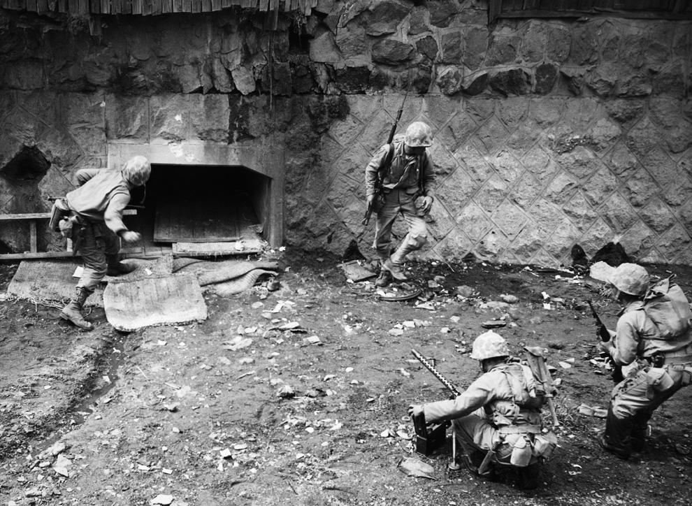 Американцы бросают гранаты в Сеульский тоннель им стало известно, что там укрываются солдаты северокорейской армии. Выход прикрывают пулеметчик и стрелок-пехотинец, сентябрь 1950 года. (AP PhotoMax Desfor).jpg