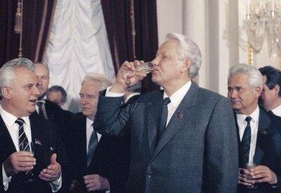 Картинки по запросу Ельцин разрывает СССР
