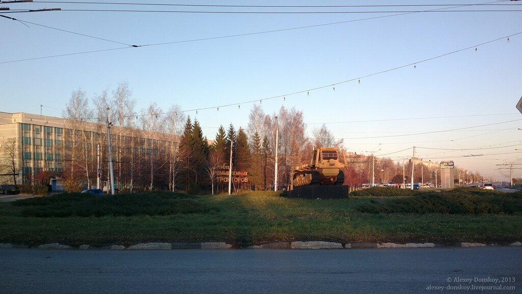Вид на ЧЗПТ. Первый трактор Т-330 на постаменте