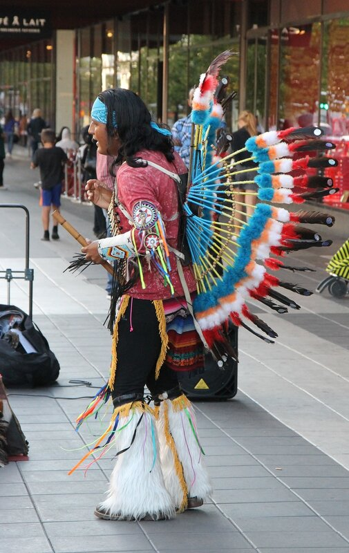 Стокгольм. Торговая улица Дроттнинггатан. Stockholm. Drottninggatan, main maket street, Уличные музыканты, street musician  South American Indians