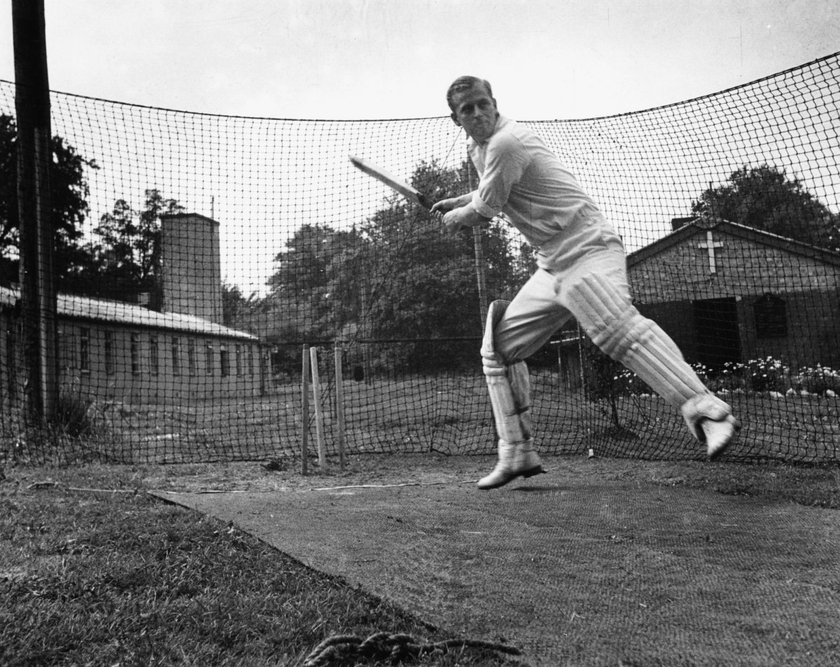 Филипп всегда любил спорт. На фотографии он играет в крикет, июль 1947 года.