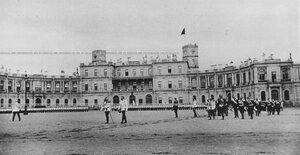 Император Николай II  принимает парад полка на плацу перед Гатчинским дворцом.