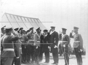 Император Николай II с группой военных и инженеров, производящих постройку новой казармы 3-го стрелкового полка.