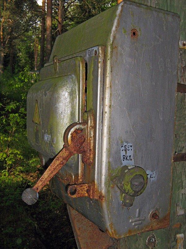 Старый электрощит с рубильником