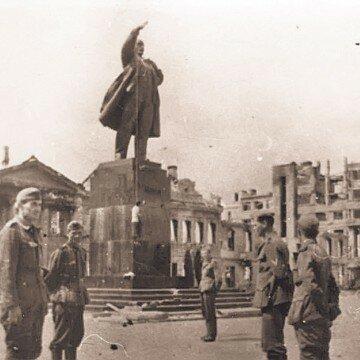 Рука бронзового памятника Ленину у фашистов была одним из излюбленных орудий для казни непокорных воронежцев
