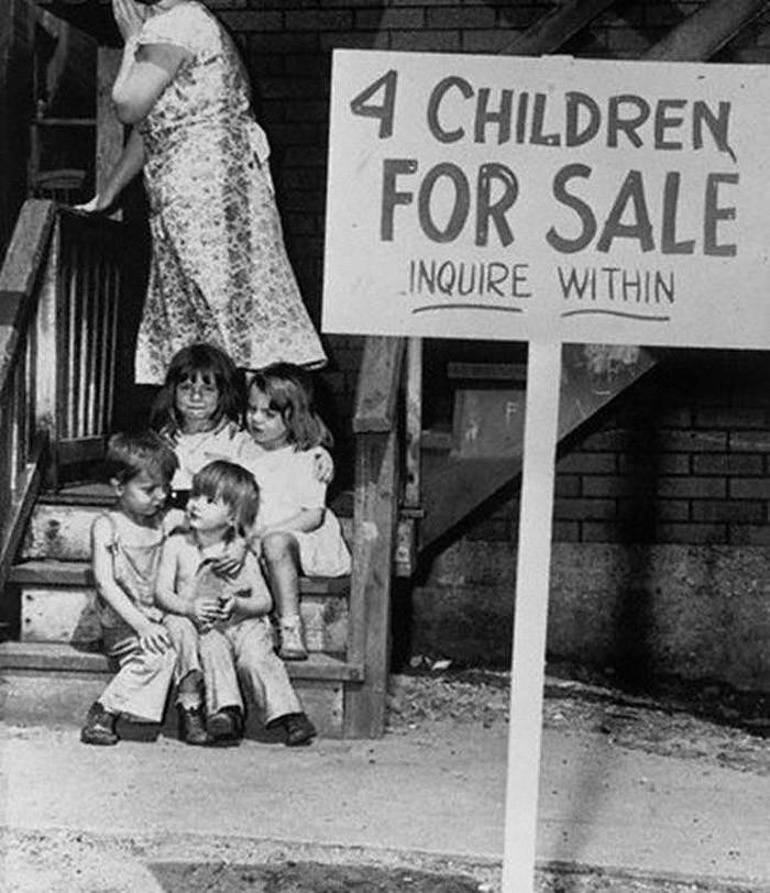 Мать прячет лицо от стыда. Стыдиться, есть чему: она только что выставила своих детей на продажу.