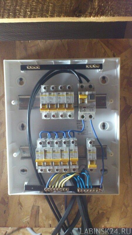 Монтажный электрический щит-ящик с автоматами и заземлением в частном доме
