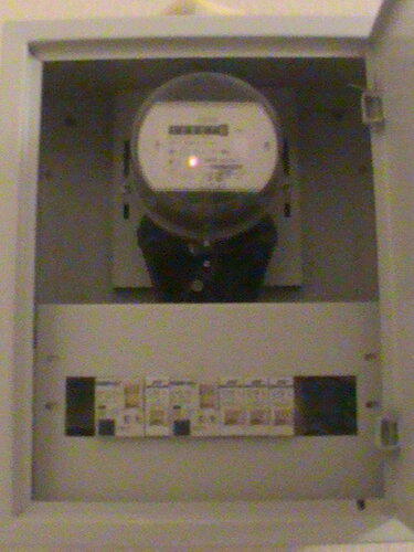Фото 21. Электроснабжение квартиры возобновилось (обратите вниманиена светящийся диод электросчётчика), но над электроплитой ещё придётся поработать.