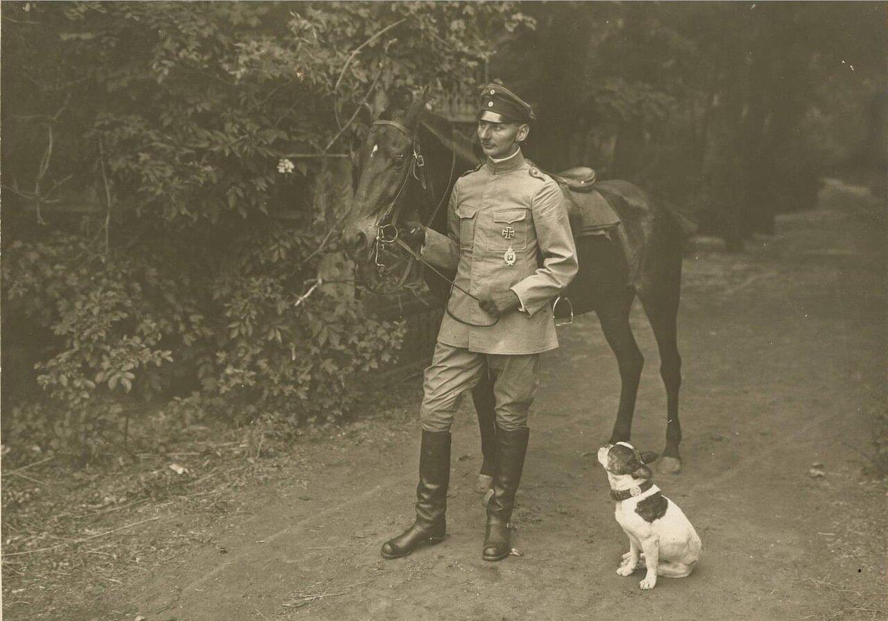 Таганрог. Немецкий офицер с лошадью и Бобби.