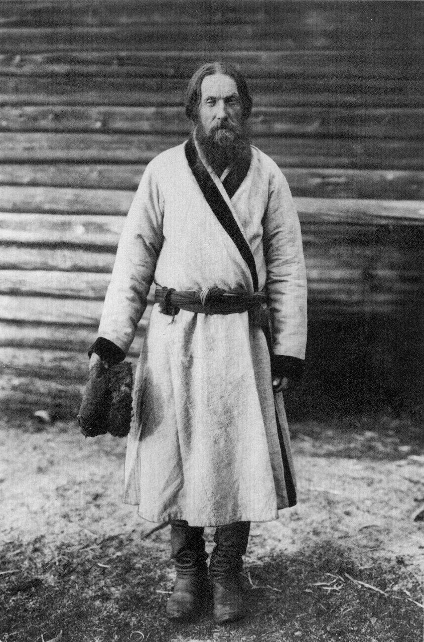 Мужчина в верхней одежде. Вологодская губ. 1910 г.