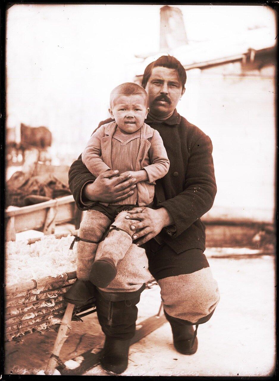 1912. Село Ларьяк. Русский с мальчиком инородцем