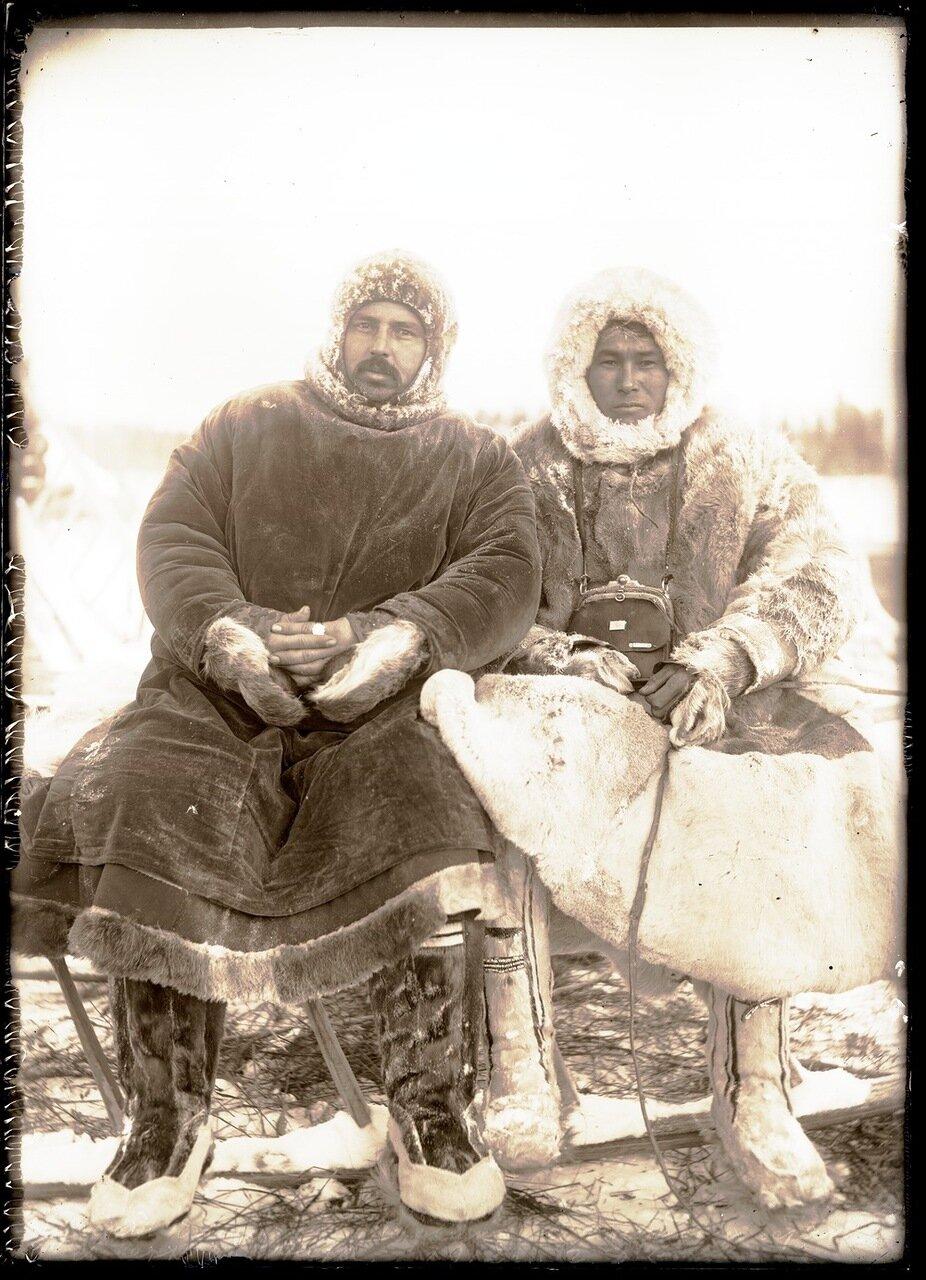 1913. Село Ларьяк.  Местный русский житель и остяк с верховьев