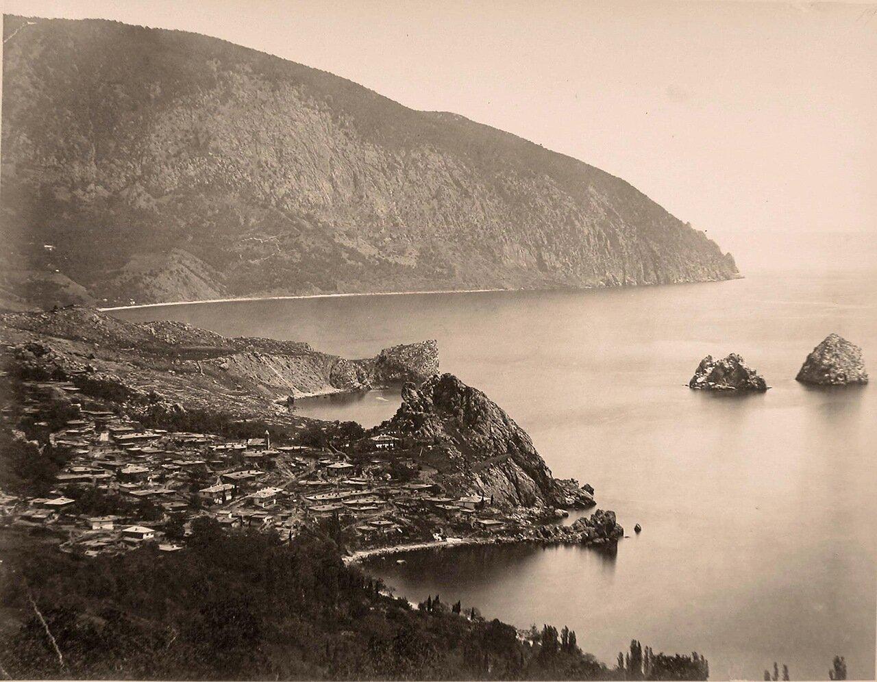 18. Вид на город со стороны бухты и гору Аю-даг; справа - скалы Адалары