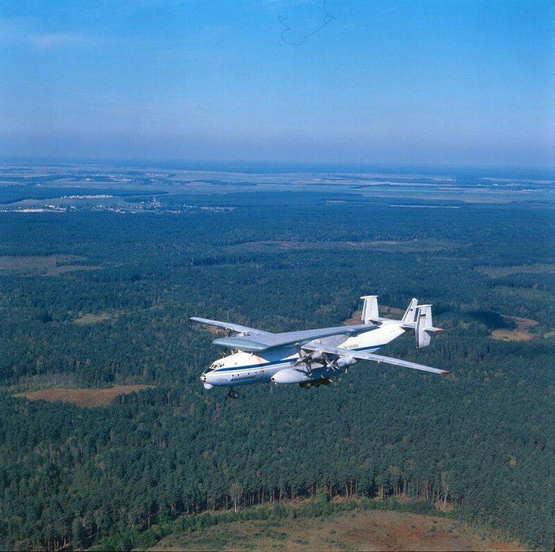 Транспортный самолёт АН-22ПЗ, переоборудованный для перевозки крыльев для самолётов АН-124 Руслан. Начало 1990-х..jpg