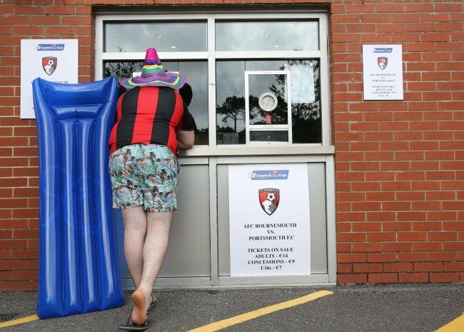 Это местная касса футбольного клуба «Борнмут». Необычное на фото  заключается в продаже билетов на матч Кубка английской лиги между «Борнмут»  и «Портсмут» за ... 83d06bf5dda