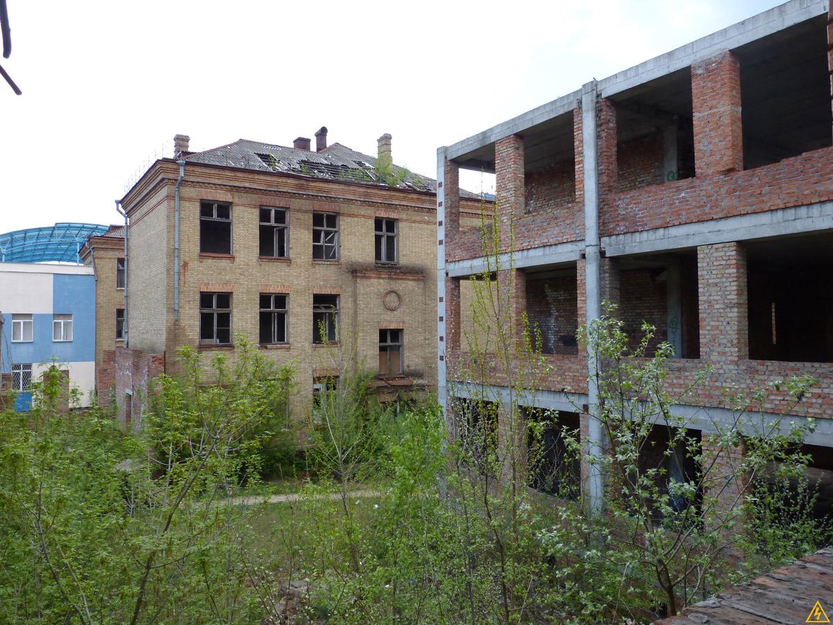 Унылая недостроенная школа в Киеве или Три школы в одной