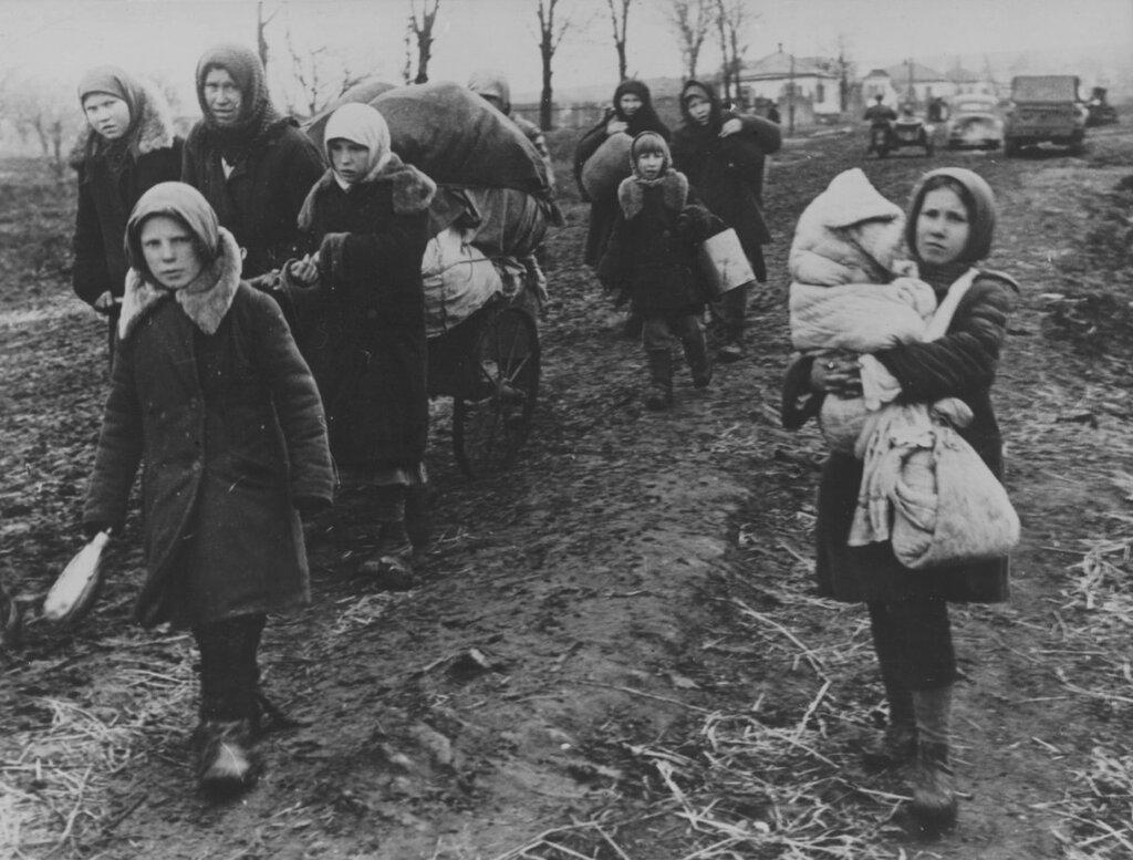 Советские беженцы на окраине деревни в окрестностях Харькова. 1943 г.
