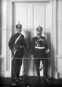 Подпоручик и горнист батальона  в форме образца 1912 года.