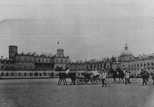 Император Николай II и императрица Мария Федоровна  принимают парад полка перед Гатчинским дворцом.