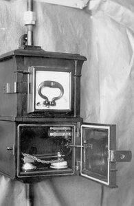 Внешний вид открытого сейфа, в котором установлен телефонный аппарат, служащий для специального пользования.