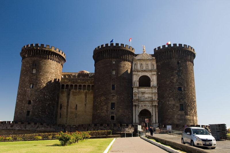 и замок Кастель-Нуово (Маскио Анджоино)