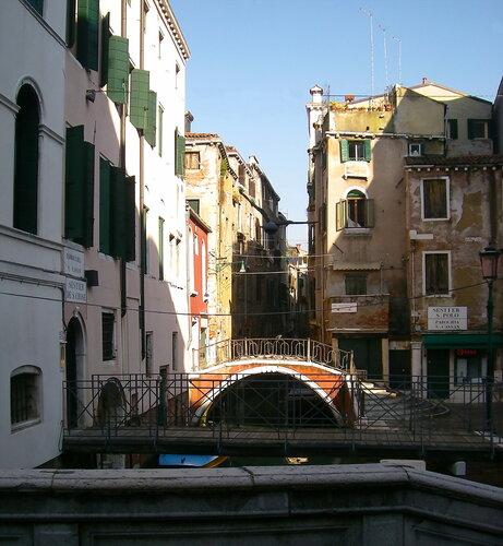 Через улицу по мостикам