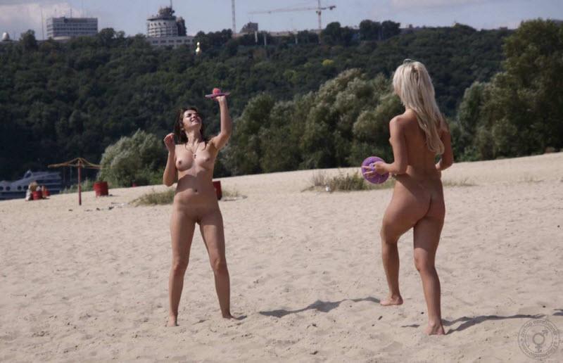 Тем временем в Киеве на пляже