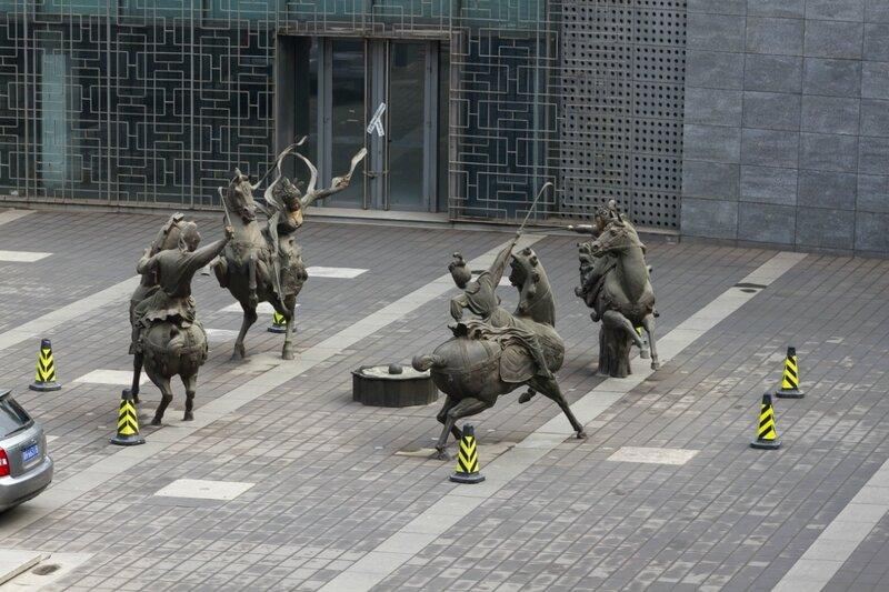 Скульптурная композиция - всадники
