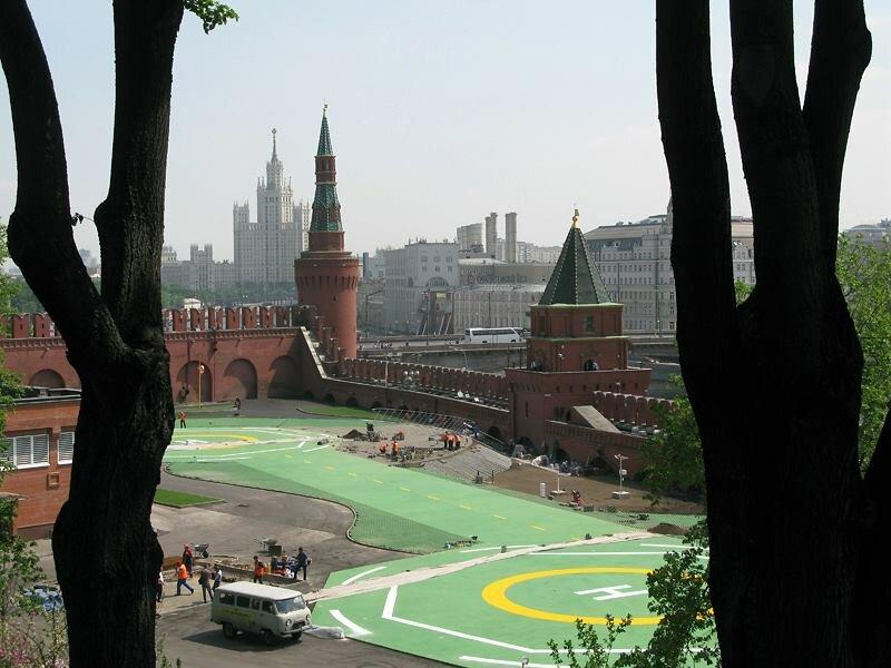 Вместо Тайницкого сада и старого старого посада в Кремле теперь вертолетная площадка.