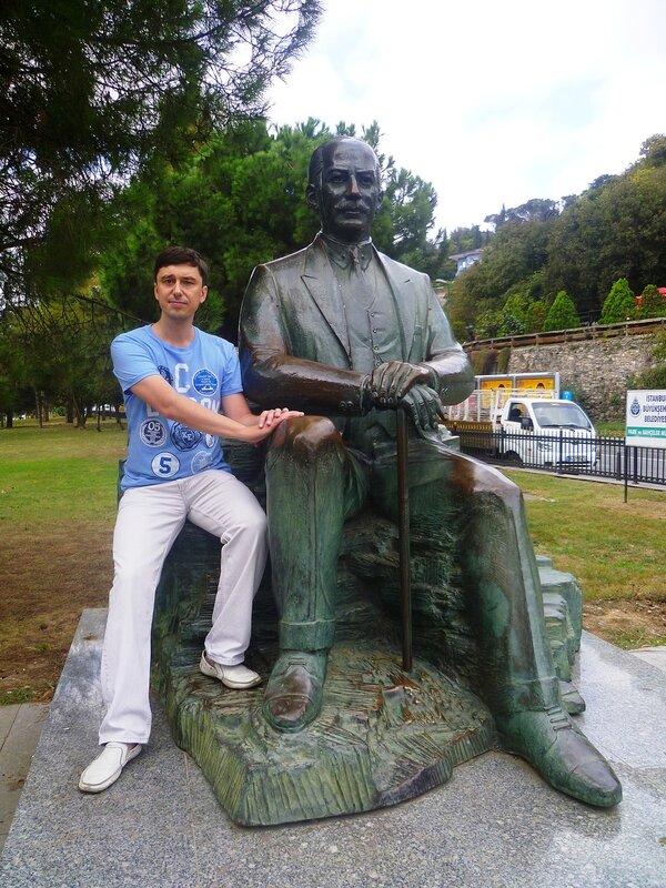 Памятник Кемалю Ататюрку в Стамбуле (The monument to Kemal Ataturk in Istanbul).
