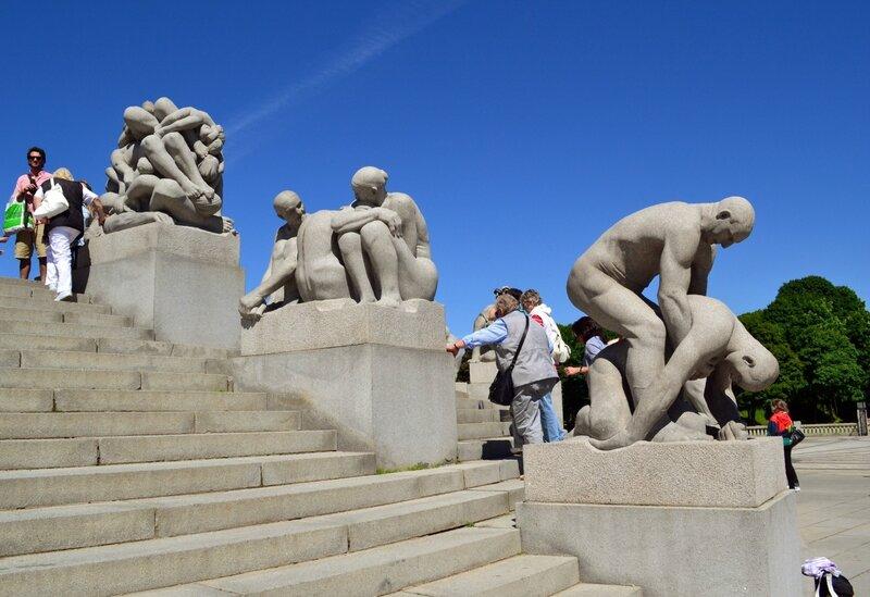 Среди скульптур Монолита