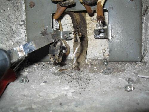 Фото 4. Неисправный пакетный выключатель демонтирован. Один из магистральных проводов квартирного щита имеет значительный дефект изоляции.