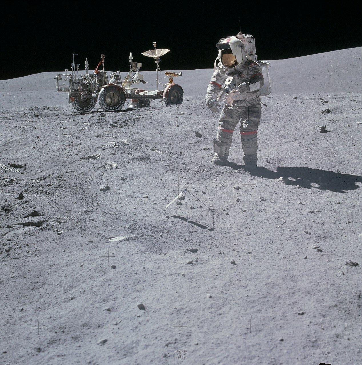 Перед началом работы на Station 10 астронавты запросили ЦУП о продлении ВКД. Им хотелось побить текущий рекорд продолжительности выхода на лунную поверхность, установленный во время предыдущей экспедиции «Аполлона-15». На снимке Джон Янг на Station 10