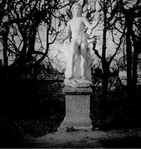 Статуя Вакха в регулярном парке