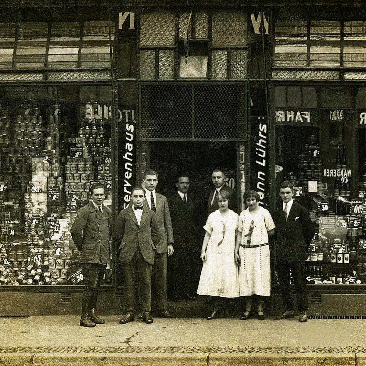 Магазин Консервный дом Германна Люрса и его сотрудники. 1920