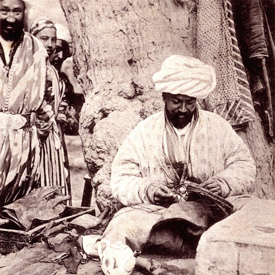 Мастер, изготавливающий бурдюки. 1903