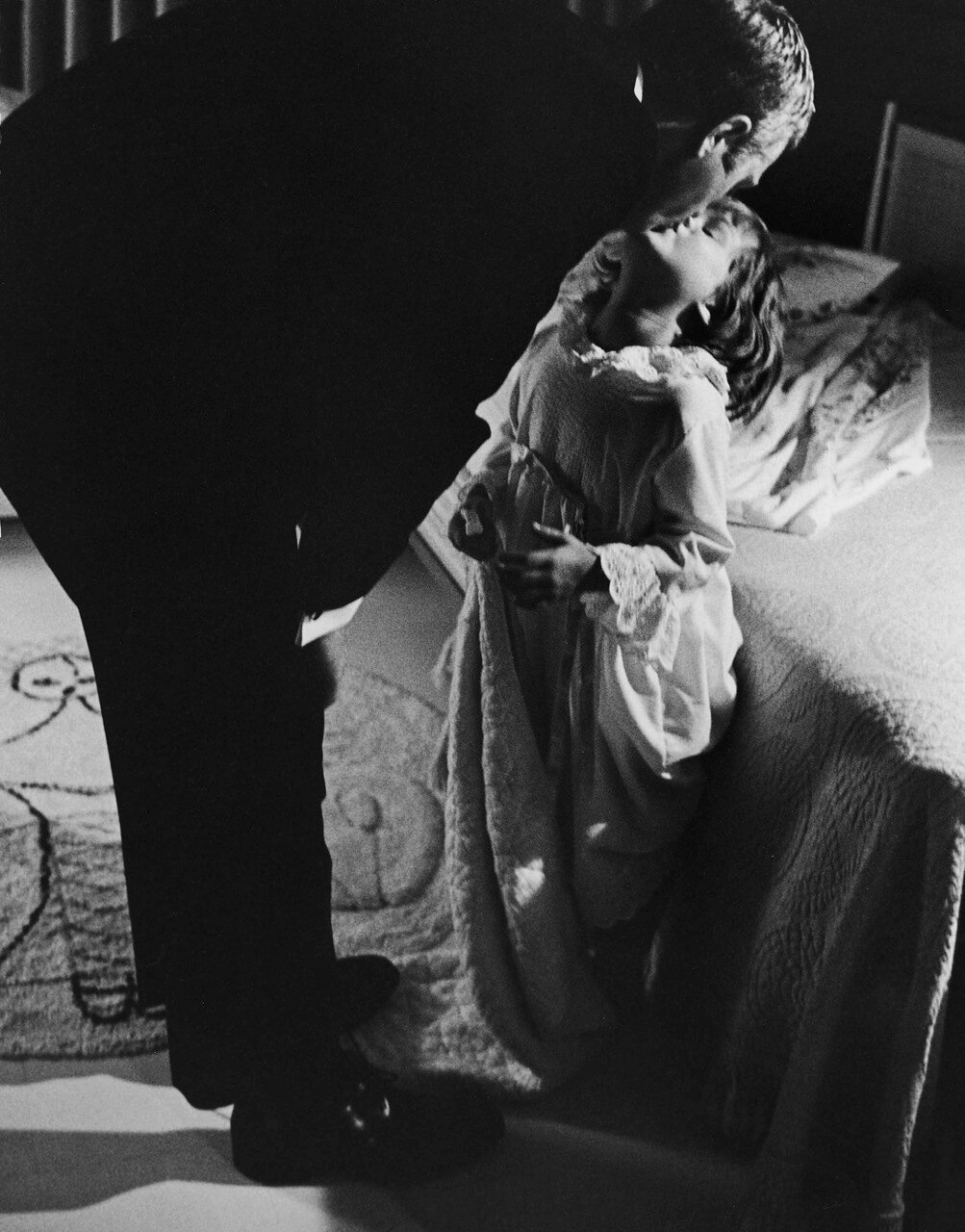 1963. Стив Маккуин целует свою дочь Терри на ночь