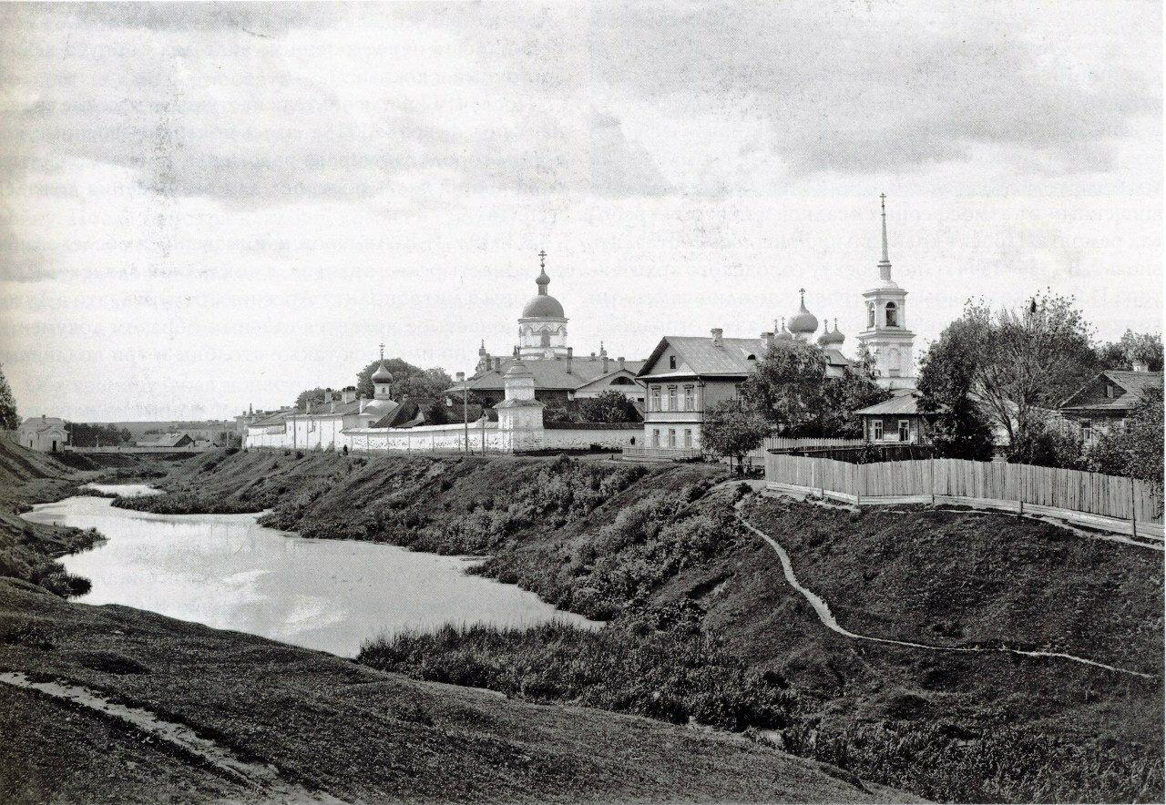 Свято-Духов монастырь. Вид с юго-востока от вала Окольного