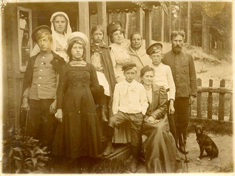 Семья Малиновских у крыльца