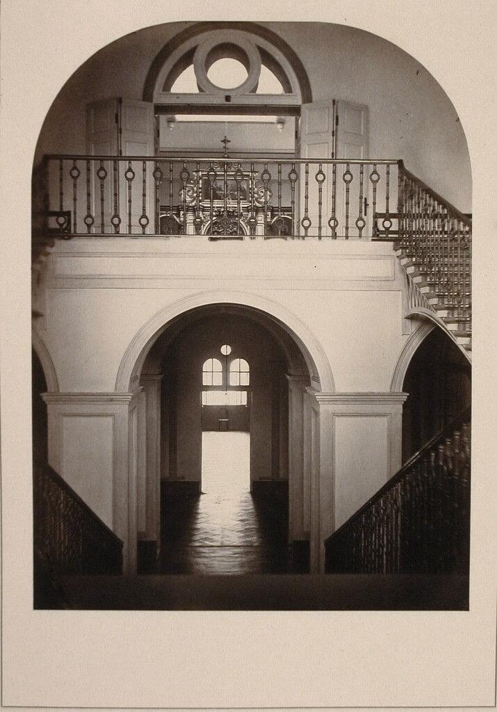 Вид части вестибюля и лестницы в здании института